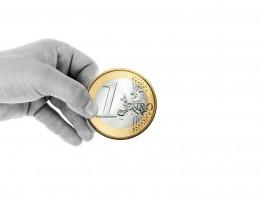 euro mince v ruce