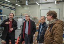 Technický ředitel společnosti Nuvia, Pavel Holčák představuje švédské delegaci třebíčskou výrobu.
