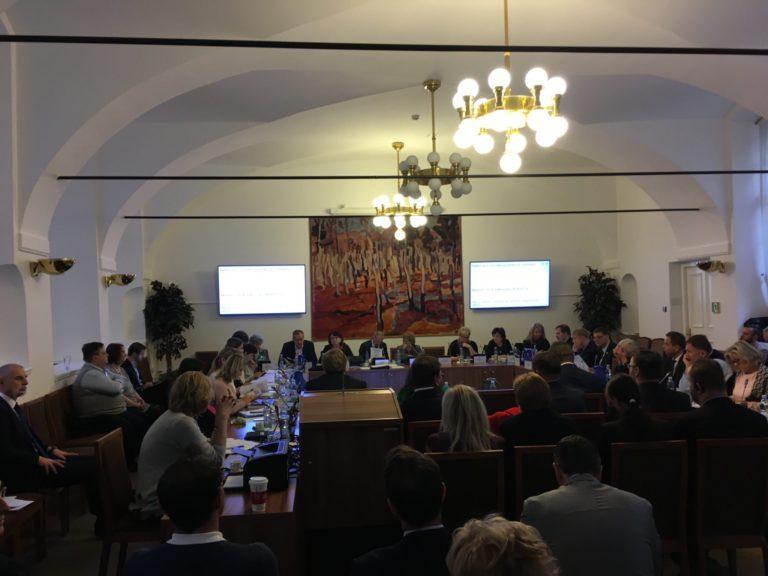 """Poslanci sociálního výboru Sněmovny jedou na MPSV """"vykouřit dýmku míru"""""""